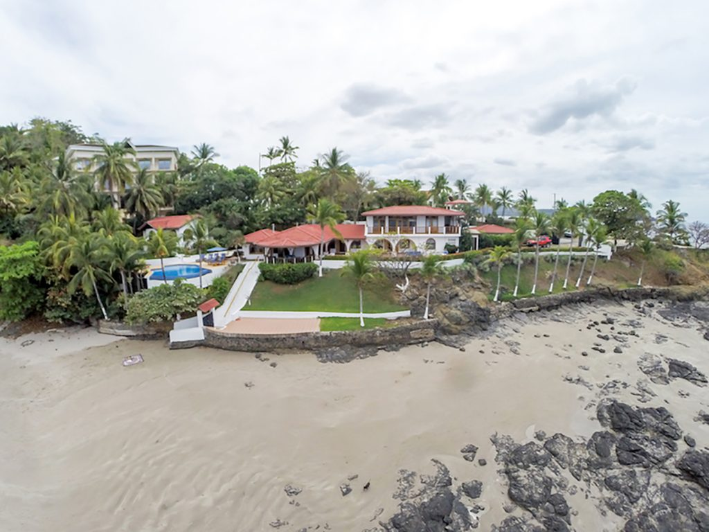 Casa de la Playa, Flamingo Beach: 7 bedroom Beachfront house